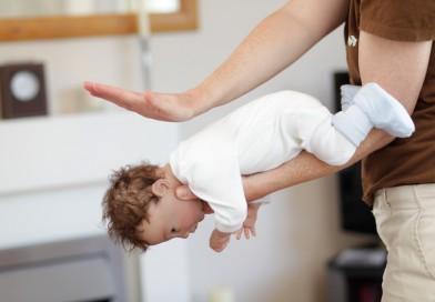A inghitit ceva bebelusul si s-a inecat? Iata cum procedati – Manevra Heimlich